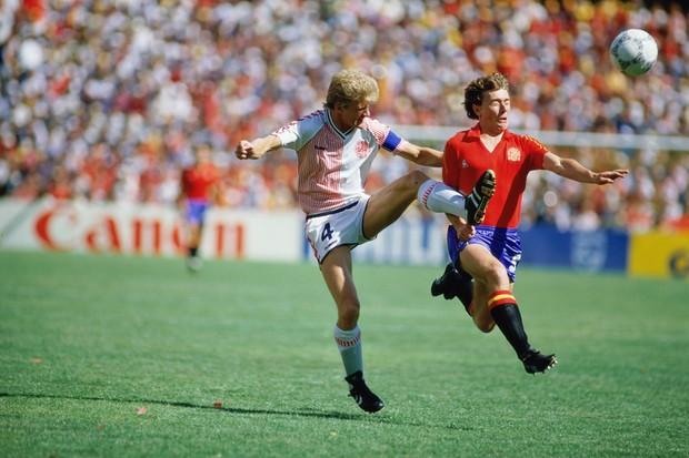 Butragueño (à dir) disputa jogada com dinamarquês Olsen (Foto: Getty Images)