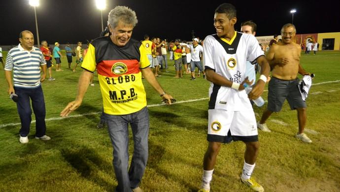 Marcone Barretto, presidente do Globo FC, dança o 'Lepo Lepo' ao lado do atacante Ricardo Lopes (Foto: Jocaff Souza)