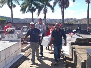 Pai de Keven Gomes Sobral é amparado durante enterro nesta terça-feira (29) em Ibirité.  (Foto: Pedro Ângelo/ G1)