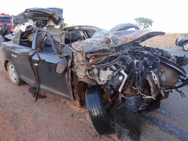 Carro bateu no fundo da carreta durante ultrapassagem na BR-020. (Foto: Sigi Vilares/Blog do Sigi Vilares)
