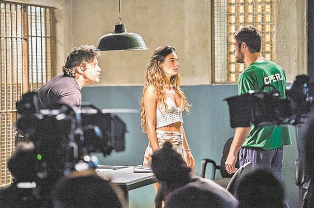 Pedro Vasconcelos dirige Isis Valverde e Marco Pigossi em 'A força do querer' (Foto: Globo/ João Miguel Júnior)