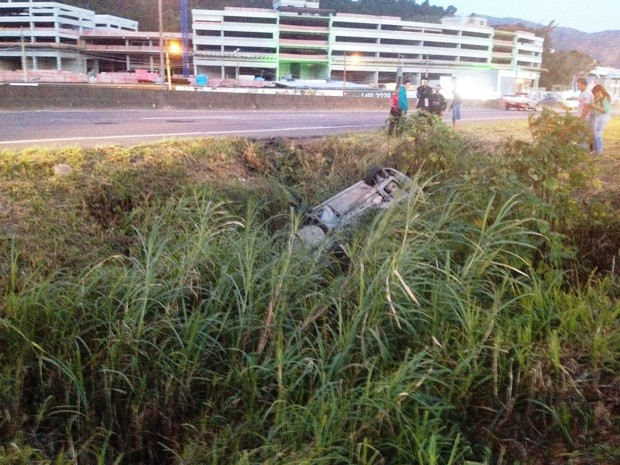 Carro saiu de pista, capotou e caiu em vala na SC-401, em Florianópolis (Foto: Fábio Corrêa/RBS TV)