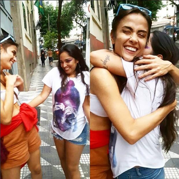 Maria Casadevall é tietada por fã nas ruas de SP (Foto: Reprodução/Instagram)