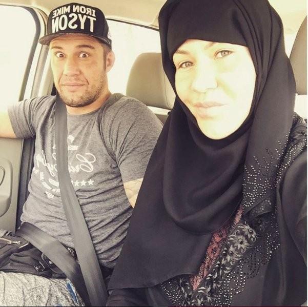 BLOG: Cyborg posa com hijab em viagem aos Emirados Árabes, para o Brave