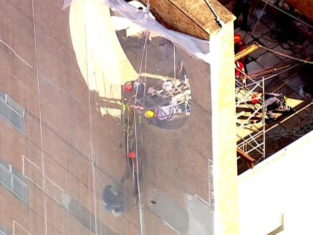 Homem foi resgatado pelo topo do prédio em Perdizes (Foto: GloboNews/Reprodução)