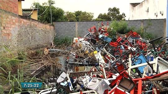 Moradores pedem fim de 'cemitério' de móveis escolares em Goiás
