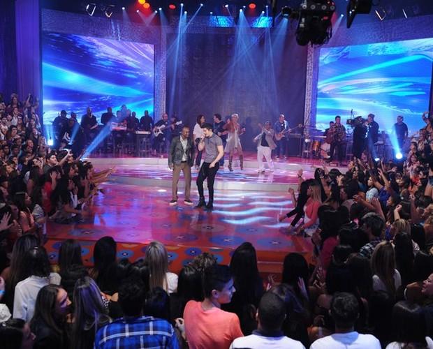 Luana Santana e Thiaguinho cantam juntos no palco do TV Xuxa (Foto: Divulgação/Xuxa Produções)
