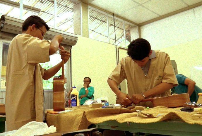Jovens aprendem luthieria (Foto: Zappeando)