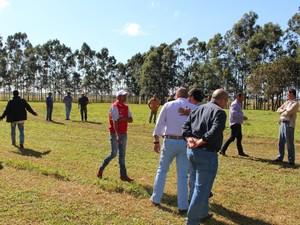 Produtores rurais fazem vigília na fazenda Madama em Coronel Sapucaia (Foto: Juliene Katayama/G1 MS)