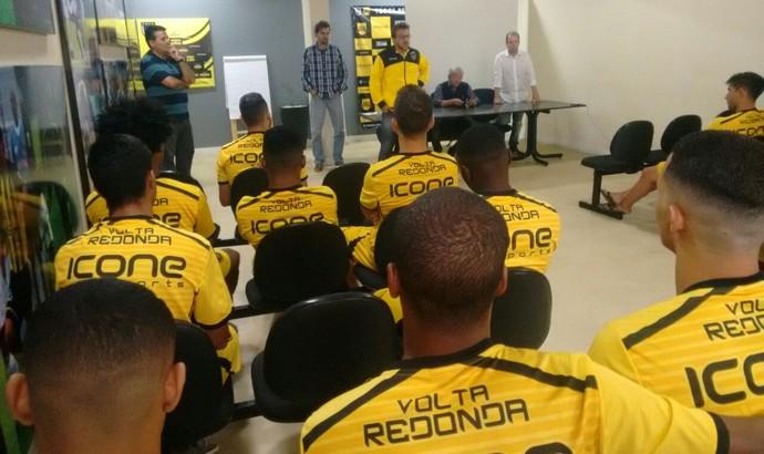 Vice de futebol, Flávio Horta Jr. conversa com o elenco na sede do clube (Foto: Divulgação)
