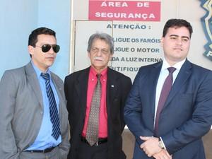 Advogados Wallace Simin, Francisco Simin e Thiago Lenoir estiveram com Bruno por 40 minutos. (Foto: Valdivan Veloso / G1)