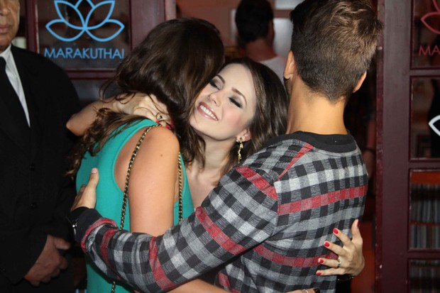 Sandy cumprimenta o irmão e a namorada (Foto: Leo Franco e Thiago Duran / AgNews)