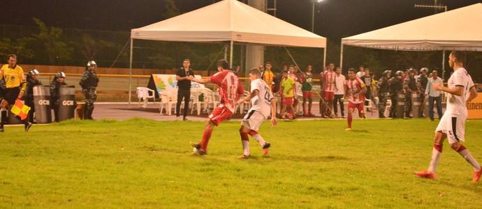 O meia Heitor, do Náutico-RR, 'prende' a bola, aguardando o apito final (Foto: Ivonisio Júnior)