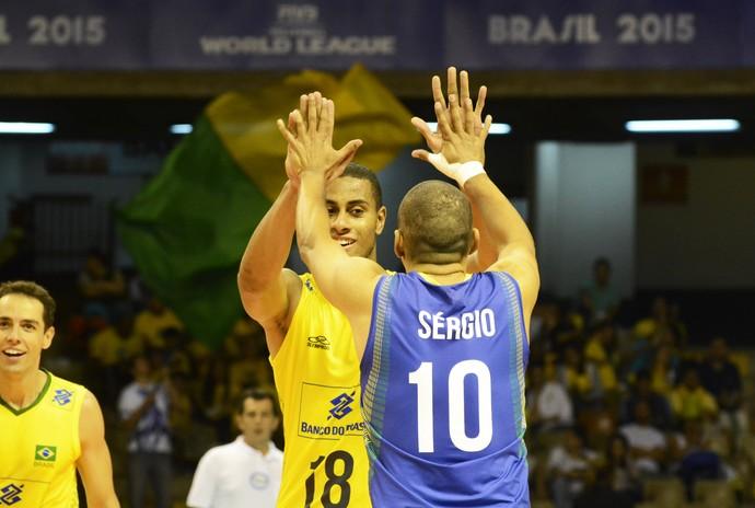 Brasil x Sérvia - Liga Mundial de Vôlei - Serginho e Lucarelli (Foto: FIVB)