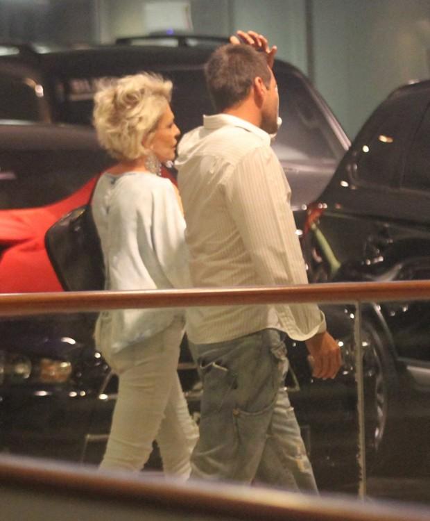 Ana Maria Braga e amigo saem juntos de restaurante (Foto: AgNews)