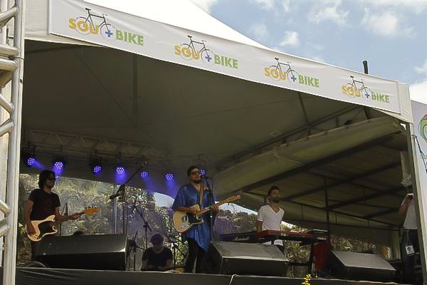 Na parte de cima do palco, a logo da campanha Sou + Bike manda o recado da RPC TV (Foto: Euricles Macedo/RPC TV)