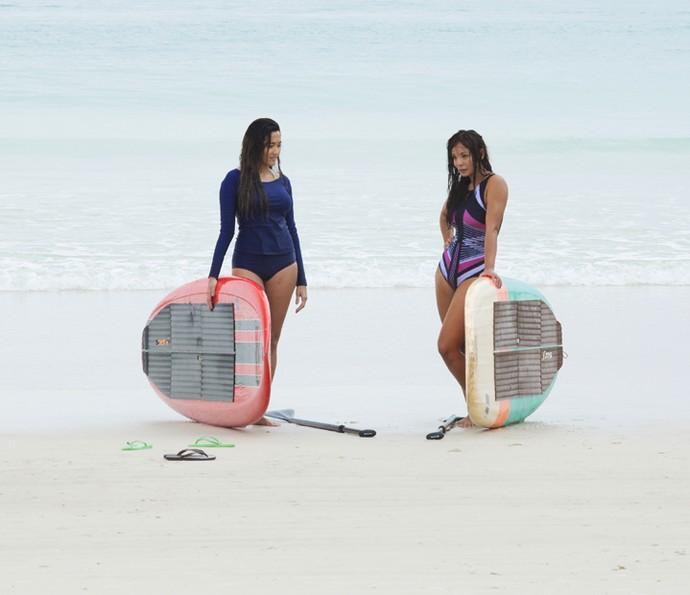 As duas saem para surfar, mas a conversa acaba sendo outra (Foto: Lydio Cerqueira/Gshow)