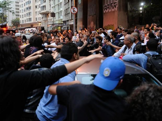 Estudantes bloqueiam nesta terça-feira (01) a Avenida Nove de Julho durante protesto contra o plano de reorganização das escolas estaduais do governo paulista. (Foto: Alan Morici/Framephoto/Estadão Conteúdo)