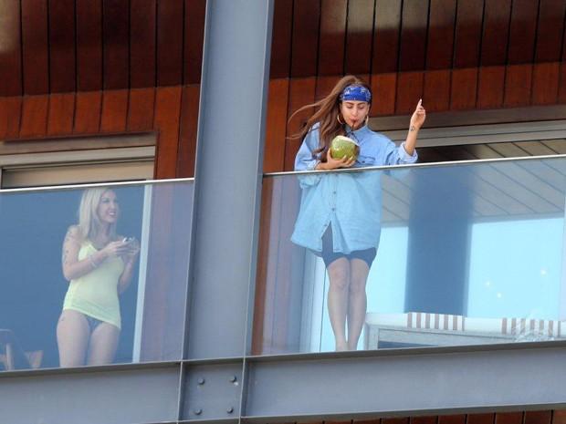 Cantora americana Lady Gaga toma água de coco na sacada do quarto de hotel no Rio de Janeiro nesta quarta-feira (7) (Foto: Delson Silva/AgNews)