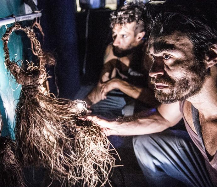 Sérgio e Luizão entraram na área B e vasculharam local sombrio (Foto: Globo/João Miguel Júnior)