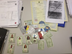 Polícia apreendeu várias carteiras de identidade e cartões de crédito (Foto: Abinoan Santiago/G1)