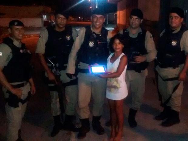 Policiais se juntam e dão tablet de presente a garota vítima de roubo
