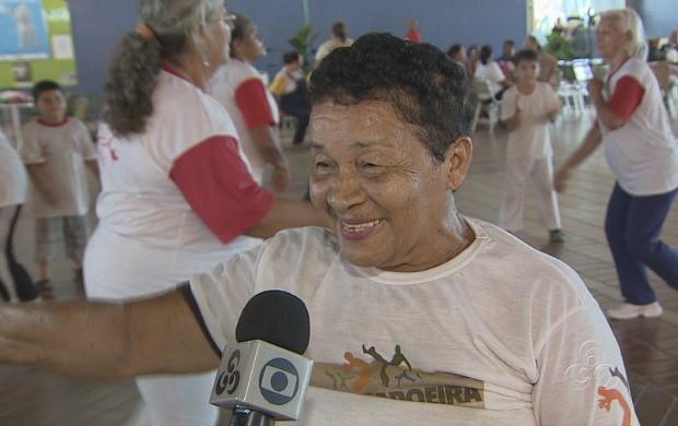 Uma das participantes do grupo de capoeira, dona Teresa Santos (Foto: Amazonas TV)