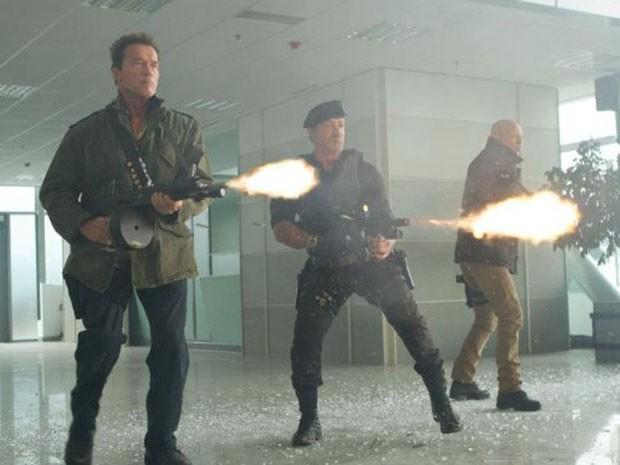 Arnold Schwarzenegger, Sylvester Stallone e Bruce Willis em cena de 'Os mercenários 2' (Foto: Divulgação)