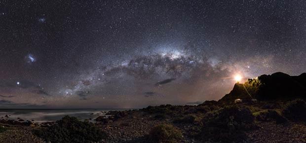 O primeiro lugar na categoria Terra e Espaço, e o grande vencedor da competição deste ano, foi Mark Gee com uma imagem das Nuvens de Magalhães - duas pequenas galáxias satélites em órbita ao redor da Via Láctea (Foto: Mark Gee)