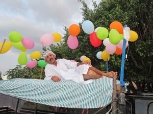 Folião enfermo improvisou cama para curtir o Bloco dos Sujos (Foto: Gil Oliveira)