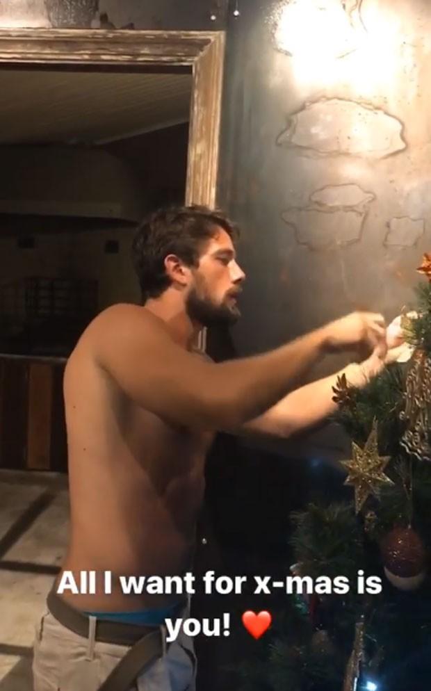 Rafael Cardoso montou árvore de Natal (Foto: Reprodução Instagram)