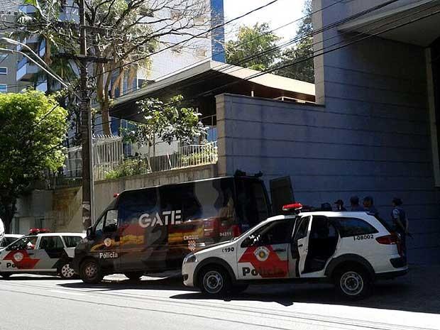 Gate é acionado para remover objeto encontrado em Tribunal Regional do Trabalho (TRT), em Campinas (SP) (Foto: Lana Torres/G1 Campinas)