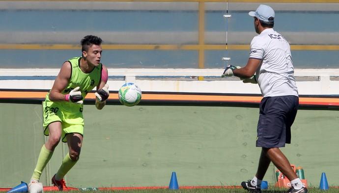 Milton Raphael é apresentado ao Macaé (Foto: Tiago Ferreira/Divulgação)