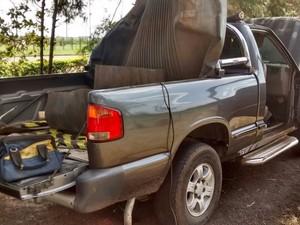 Droga estava escondida em fundo falso da caminhote (Foto: Polícia Rodoviária/ Divulgação)