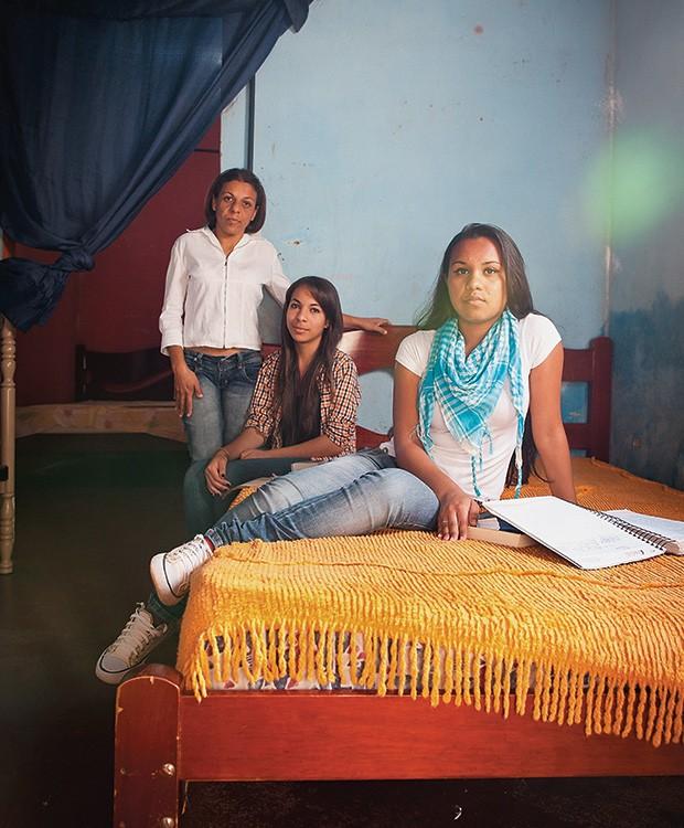 LEGADO Rosana, Gabriele e Fernanda, filhas e neta  de uma das primeiras beneficiadas pelo Bolsa Escola. As duas mais novas vão à faculdade (Foto: Letícia Moreira/ÉPOCA)