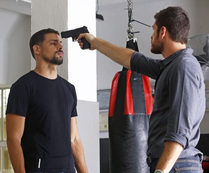 Dante aponta arma para Juliano (Foto: Ellen Soares / Gshow)