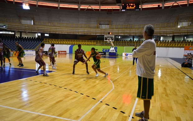 Seleção feminina enfrenta o basquete Sub-19 masculino de Araraquara (Foto: Nikolas Capp)