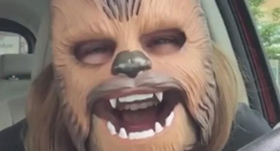 Candice com a máscara de Chewbacca