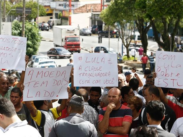 Manifestantes exibem cartazes em frente à residência do ex-presidente Luiz Inácio Lula da Silva em São Bernardo do Campo, no interior de São Paulo (Foto: Miguel Schincariol/AFP)