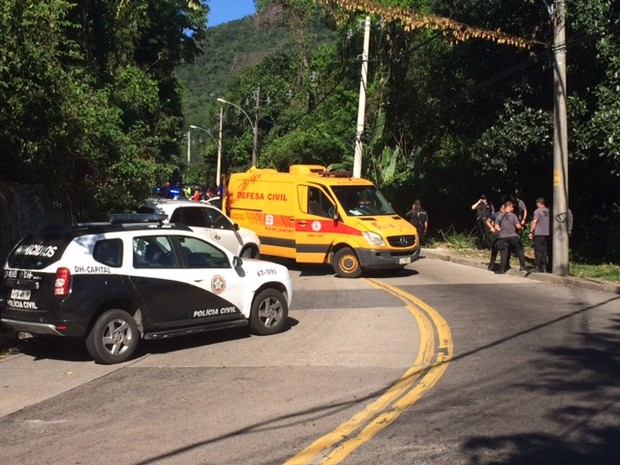 Polícia faz perícia no local onde mulher foi atingida por bala perdida (Foto: Matheus Rodrigues/G1)