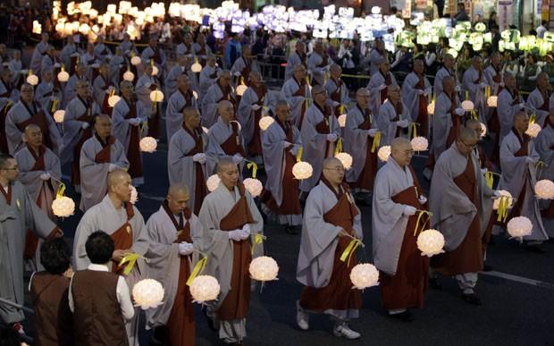Monges budistas desfilam com lanternas em Seul (Foto: Lee Jin-man/AP)