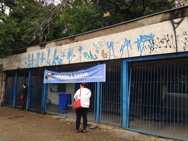 Em Porto Alegre, algumas agências funcionam parcialmente, e outras estão completamente fechadas (Foto: Josmar Leite/RBS TV)