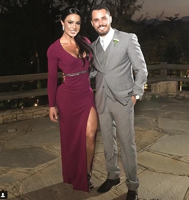 Gracyanne Barbosa posa com o noivo, seu fisioterapeuta Diego Paiva (Foto: Reprodução)