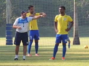 Técnico Claudio Tencati orienta Dirceu e Silvio durante o treino (Foto: Pedro A. Rampazzo/Site oficial do Londrina)