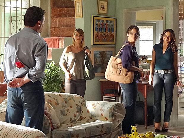 Morena e Jéssica não contavam que Russo ouvisse que elas vão atrás de Helô (Foto: Salve Jorge/TV Globo)
