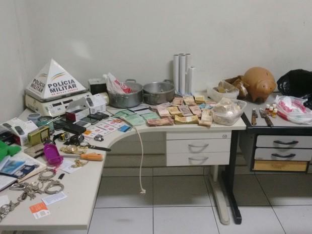 Material foi apreendido e encaminhado para delegacia de Ipatinga (Foto: Divulgação / PM)