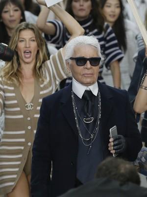 Logo atrás do estilista Karl Lagerfeld, Gisele Bündchen desfila coleção da Chanel em Paris, nesta terça (Foto: REUTERS/Gonzalo Fuentes)