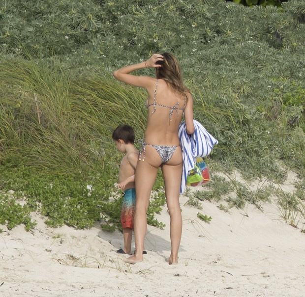 Gisele Bündchen com o filho, Benjamin, em praia em Miami, nos Estados Unidos (Foto: AKM-GSI Brasil/ Splash News)