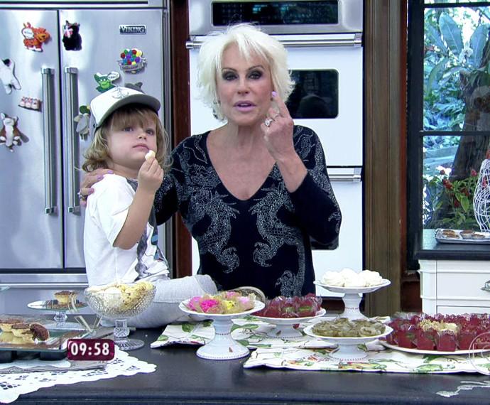 Bento, neto de Ana Maria, prova doce no 'Mais Você' (Foto: TV Globo)