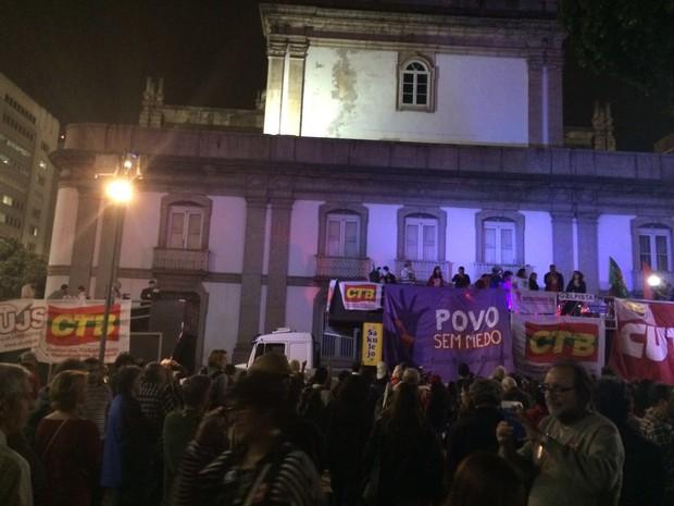Manifestantes se reúnem no Centro do Rio para ato contra o presidente interino Temer (Foto: G1)